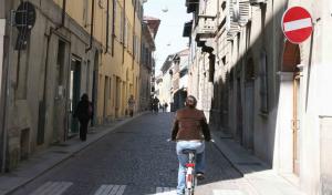 Andare controsenso in bici ... sarebbe vietato